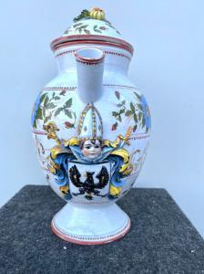 Apothekerglas-Ausgießer in Majolika mit Blumendekor und geprägtem Emblem der Familie Ricotti. Bassano.