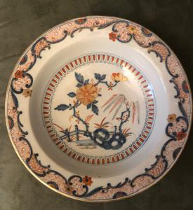 Majolica plate with 'Imari' decoration and golden details. Felice Clerici manufacture. Milan.