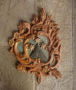 18世纪初的彩绘木饰带