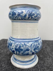 Albarello da farmacia  maiolica con decoro a racemi vegetali stilizzati in monocromia turchina Bassano.