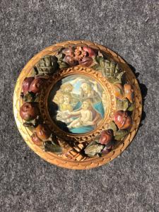 Cornice tonda in legno intagliato,dorato e laccato con frutti in rilievo e stampa Madonna con Bambino.