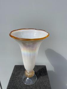 镀膜玻璃喇叭花瓶,内含金属粉末和虹彩效果。 Murano