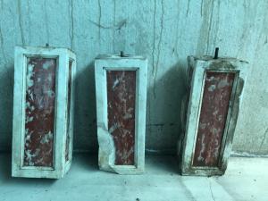 Tres elementos de mármol.