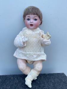Кукла Bebe'caractère с бисквитной головой, подвижными глазами и телом из папье-маше, подписано Каммером и Райнхардтом. Германия