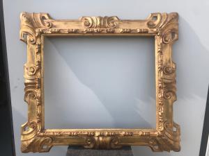 Cornice in legno intagliato e dorato con motivi rocaille art nouveau.