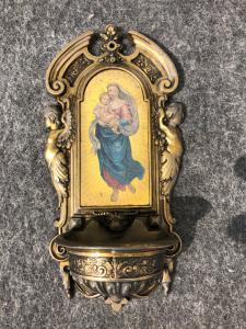 Acquasantiera in bronzo con figura di Madonna con Bambino in decalcomania.