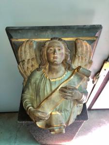Mensola in terracotta raffigurante Angelo con nastro.Italia