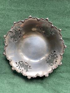 Centrotavola  in argento traforato con motivi ornamentali floreali e rocaille.Italia.