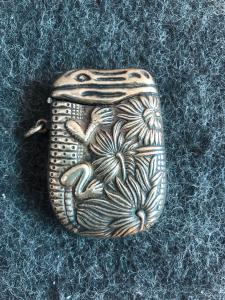 Caixa de fósforos de latão com decoração de crocodilo de estilo asteca.