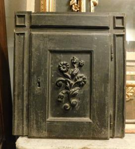 stip217 - walnut cabinet with carved flowers, 17th century, cm l 60 xh 68