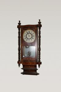 Reloj de pared ricamente con incrustaciones del siglo XIX.