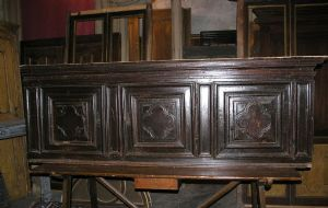 arm41 cabinet to hang, in a seventeenth-century walnut doors; mis. 225 cm x 80 h, p. 45 cm