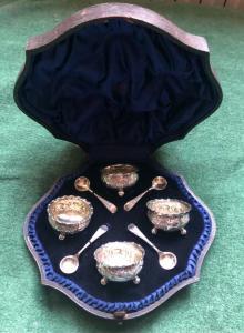 Servizio di 4 saliere in argento con decori floreali e rocaille  con scatola originale.Birmingham 1897.Inghilterra.