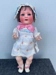 Кукла Bebe'caractère с бисквитной головой и телом из папье-маше. Движущиеся глаза. Подпись Heuback Koppeldorf. Германия.