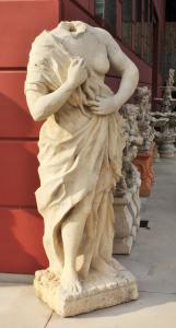 石头中的女性雕像