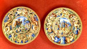 Par de placas de faiança com decoração historiada com descrição da cena no reverso. Fabricação de molaroni, Pesaro.