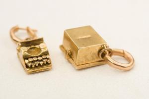 一对特殊的金吊坠耳环-G / 410