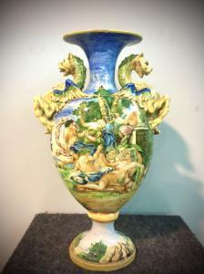 Vaso de majólica com alças laterais de dragões e decorado com uma cena de bacanal. Manifattura Minghetti.Bologna.