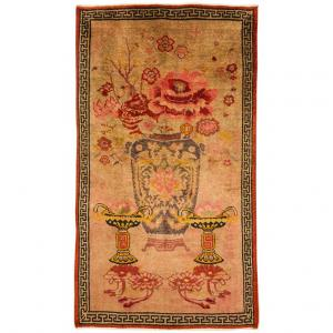 Particular Sinkiang carpet with large vase -