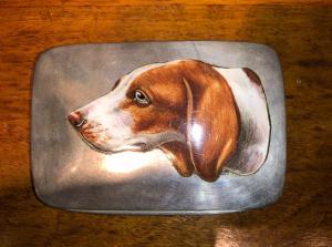 银和搪瓷盒描绘指针狗。意大利。