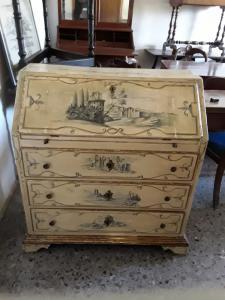 Piccola ribaltina riccamente decorata con paesaggi eopca primi 1800 con dorature  garanzia termini di legge