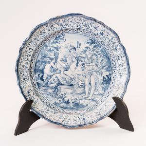 Plato de mayólica con escena mitológica