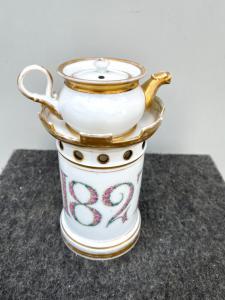 Veilleuse-tisaniera in porcellana con motivi a torretta e data 1827 con decoro floreale.lumeggiature in oro.Francia
