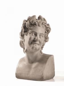 Escultura de mármol blanco que representa la cabeza de un sátiro