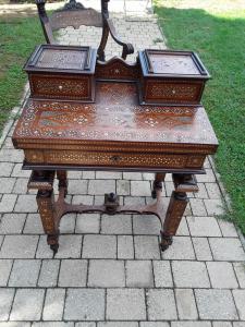 Pequeño escritorio con sillón firmado por ferdinando pogliani milán 1832 1899 ebanista quien también fue de napoleón tercero y otros nobles de la época boj de caoba y marfil apertura de la encimera v
