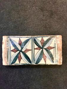 Mattonella da soffitto in maiolica con motivo a foglia gotica.Manifattura di Siena.