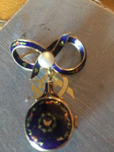 Золотая с эмалью женская булавка для часов