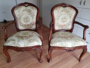 对在威尼斯胡桃木的扶手椅