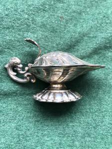 Salsiera in argento a forma di conchiglia.Spagna.
