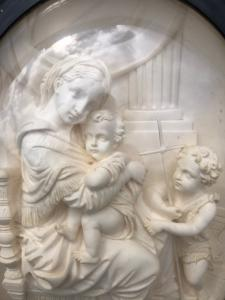 Bassorilievo in schiuma di mare ( magnesite ) raffigurante Madonna della Seggiola ( Raffaello).Francia.