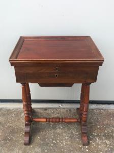 Рабочий стол из красного дерева.