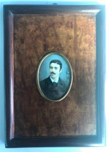 Miniatura sobre marfil de figura masculina, firma y fecha 1887. Marco de brezo, Francia.