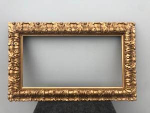 Marco de madera tallada y dorada con motivo de hojas.