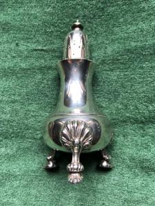 Spargizucchero in argento con motivi decorativi a conchiglia.Londra 1945.