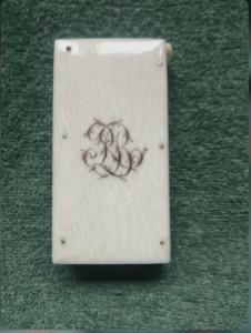 Caixa de fósforos em marfim com iniciais gravadas.