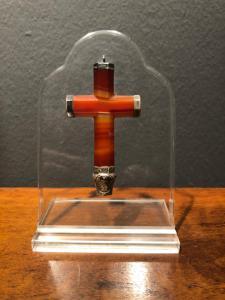 Croce in pezzo unico di pietra agata con dettagli in argento.