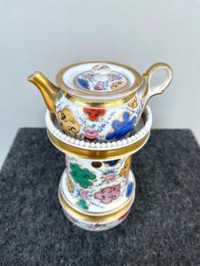 Veilleuse-tisaniera in porcellana con decoro floreale e geometrico e lumeggiature in oro.Francia
