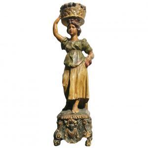 描绘女性形象的彩色木雕
