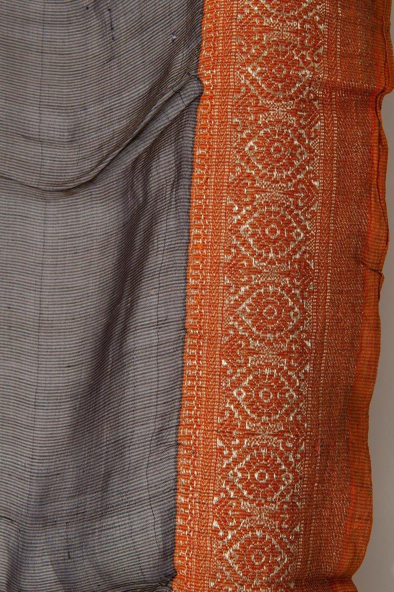 thumb4|Antico Sari indiano colore marrone, bordo rosso mattone ed oro