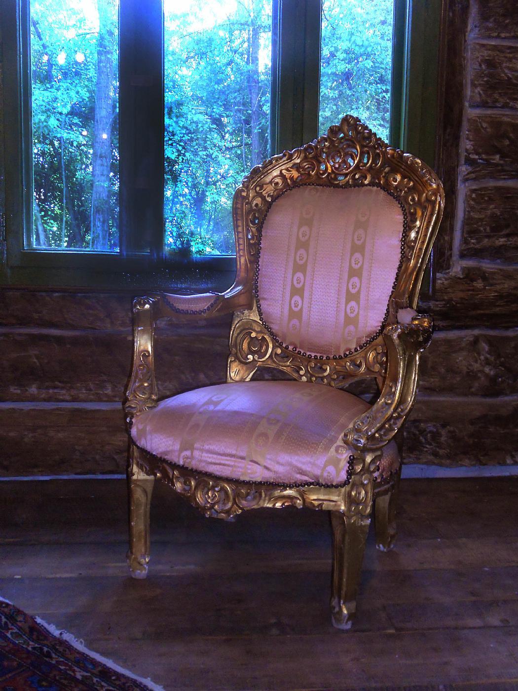 Elegante salotto in legno dorato e intagliato for Salotto elegante