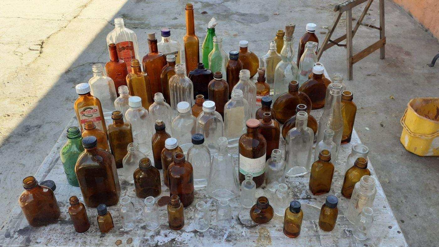 thumb3 Vecchia collezione di bottiglie per medicinali e altri tipi ....