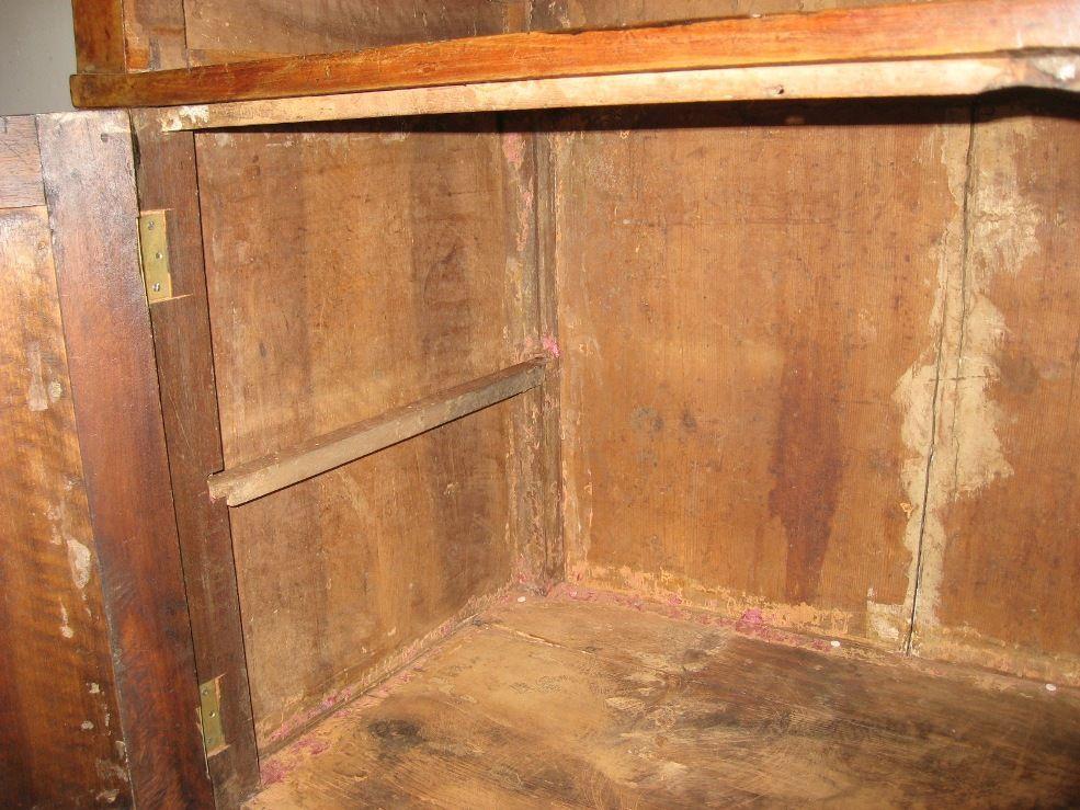 Credenza Con Ribalta : Antica credenza in legno a ante e un cassetto ribalta
