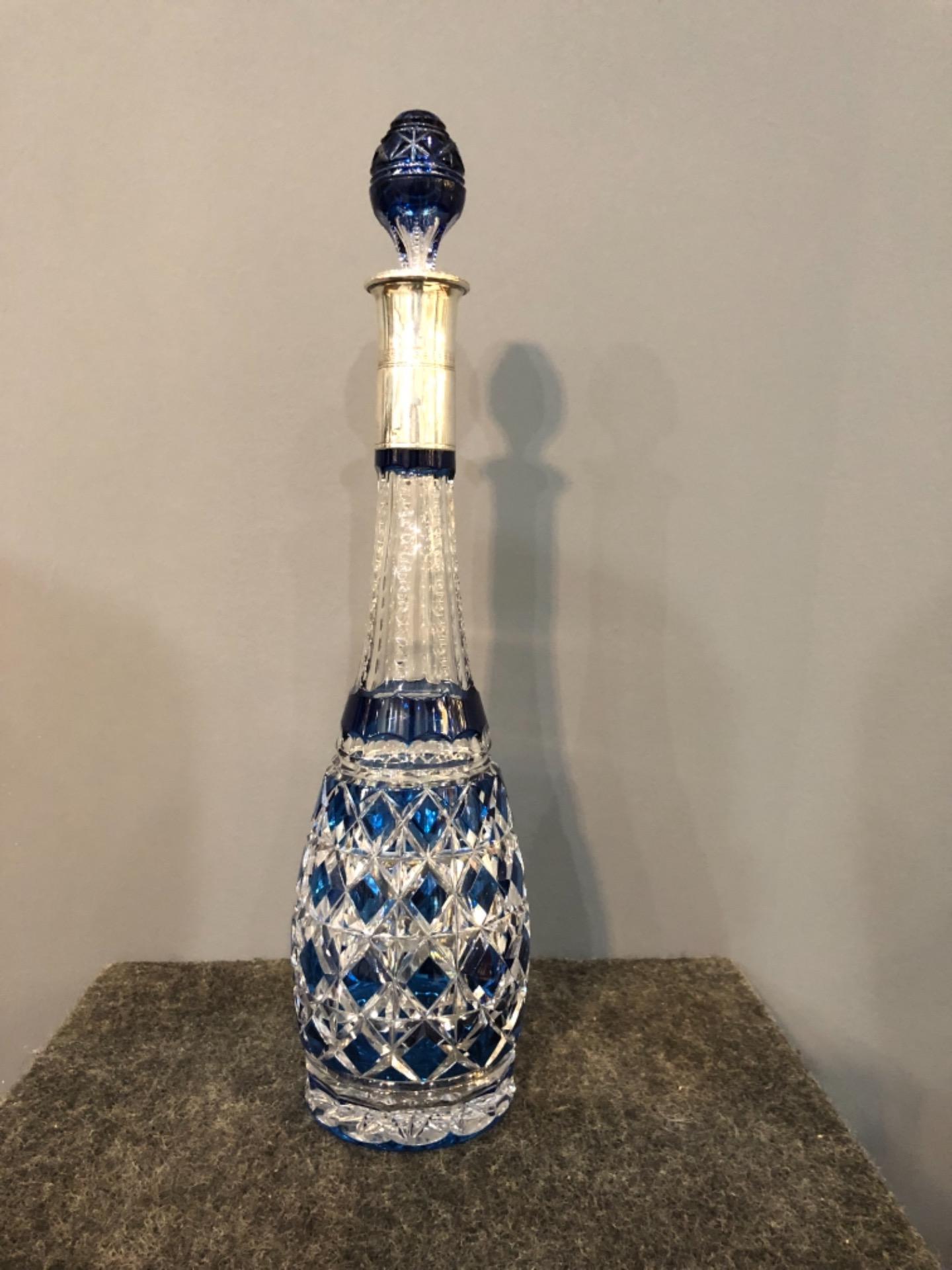 Bottiglia boemia incisa con collo in argento.