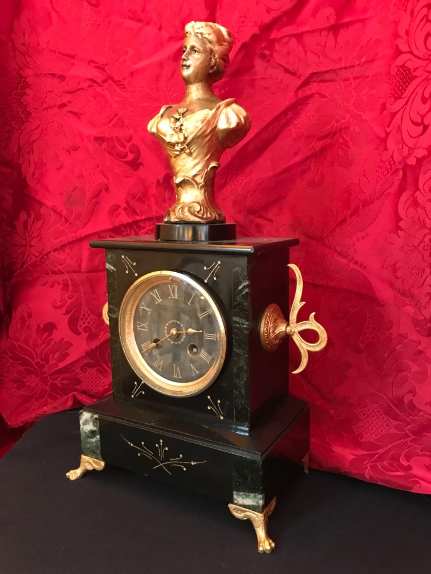 thumb2|Orologio a pendolo con scultura firmata Mestais