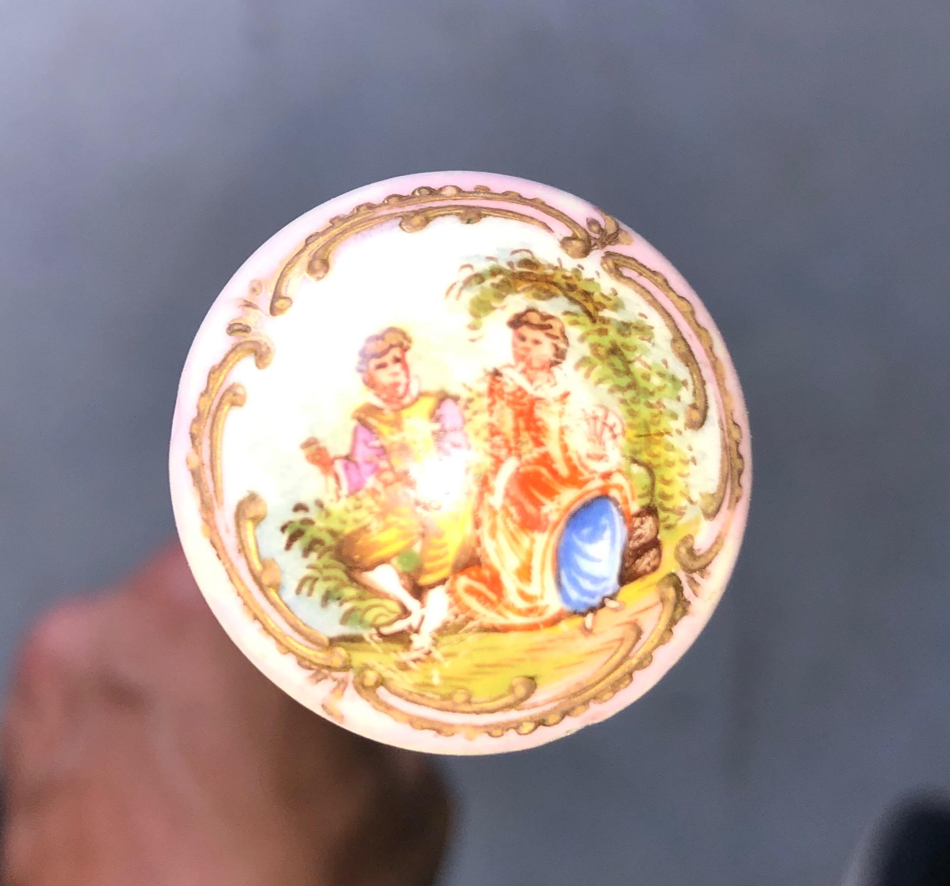 thumb4|Bastone con pomolo in porcellana a decoro floreale e scena galante.Canna in ebano.Francia.