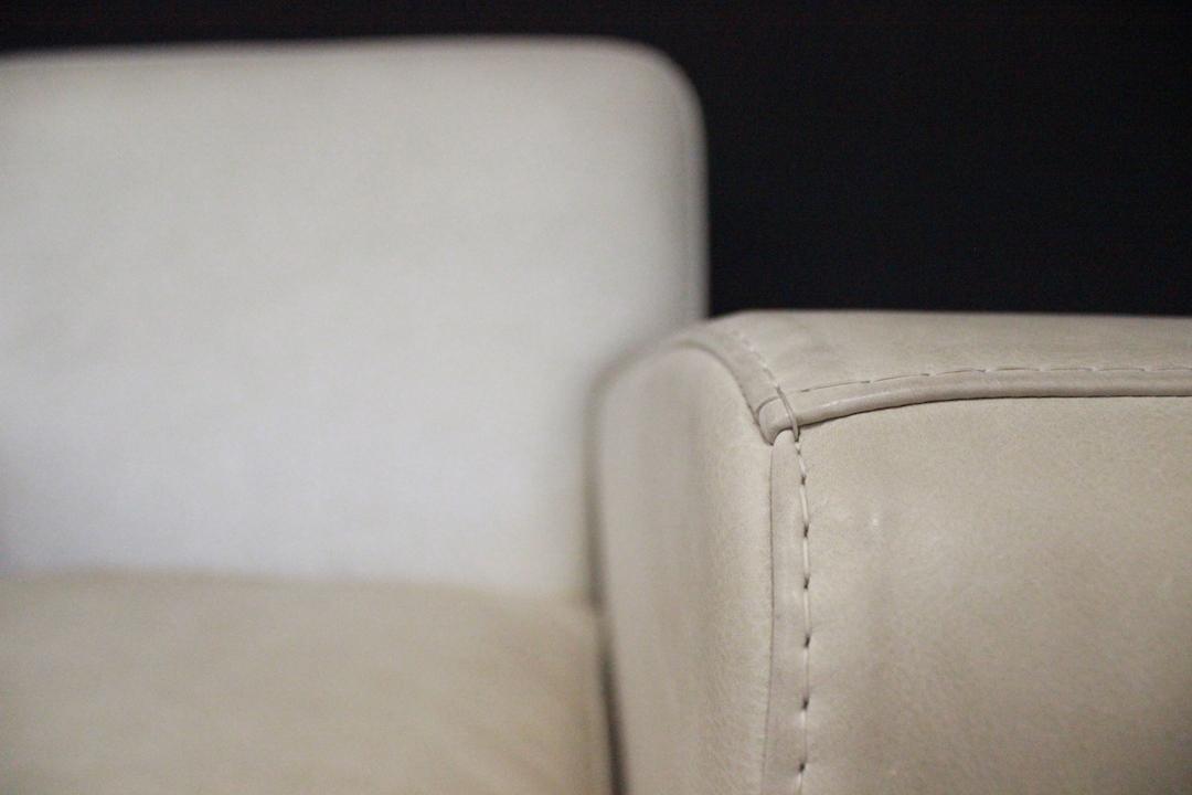 thumb4|Poltrona moderna bianco avorio italiana